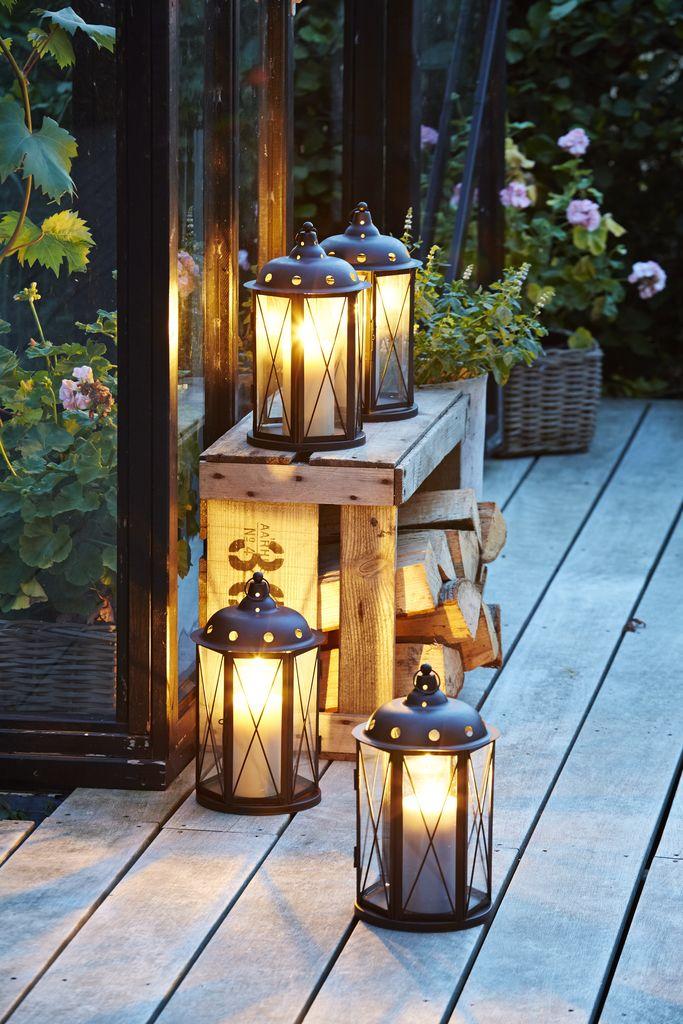 Đèn lồng trang trí lối đi giúp bạn dễ dàng di chuyển vào nhà khi trời tối