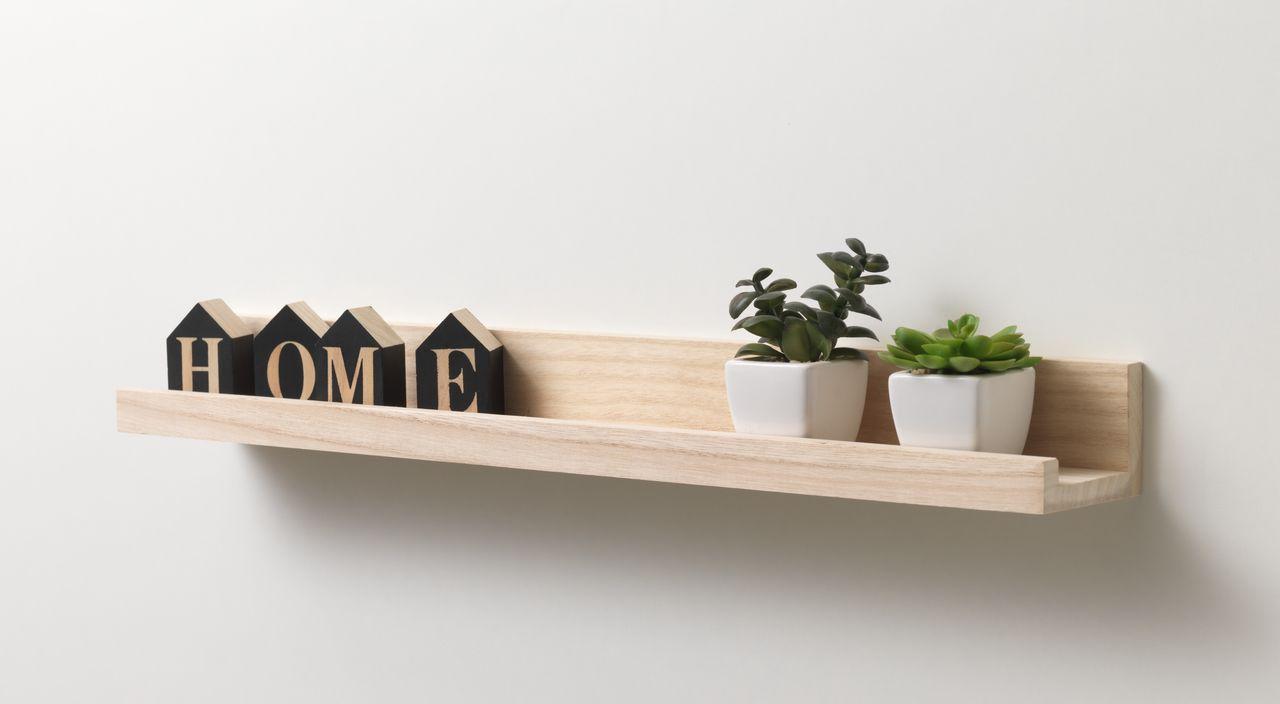 Kệ treo tường - Đồ trang trí gia đình giúp tối ưu diện tích và tạo điểm nhấn phá cách cho phòng khách