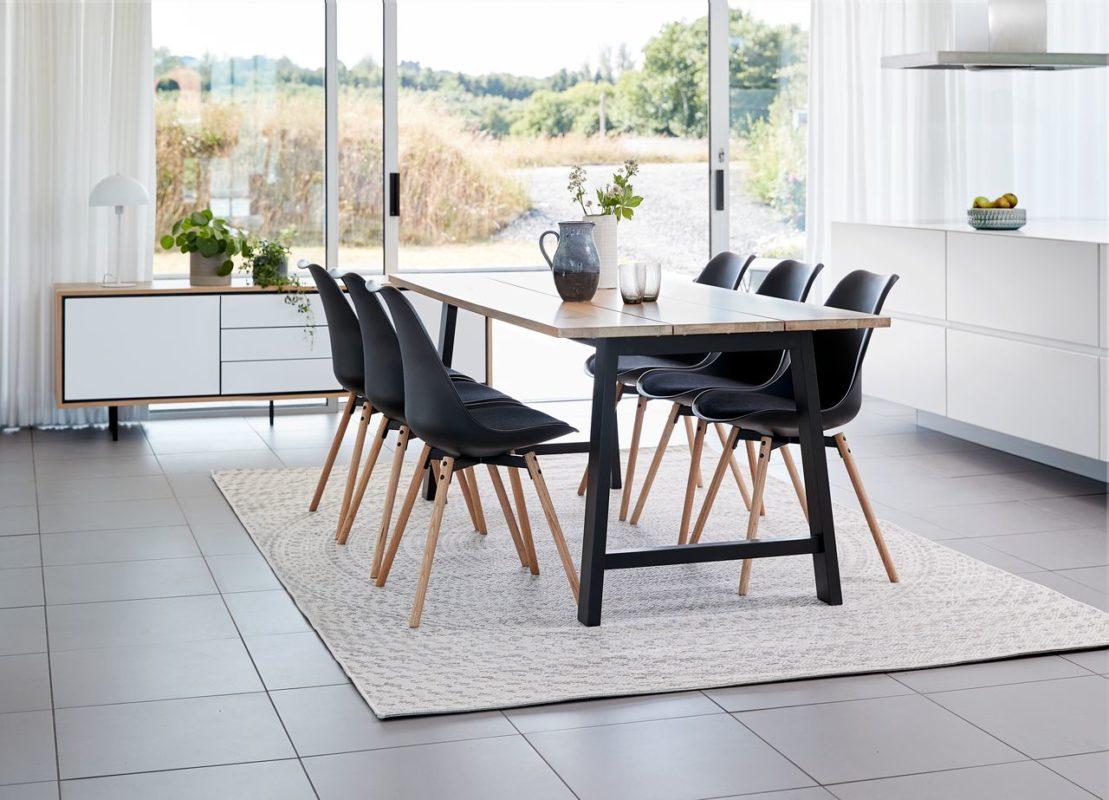 Sự kết hợp của chất liệu gỗ sáng cùng cửa sổ giúp không gian thêm thoáng đạt theo Scandinavian Design