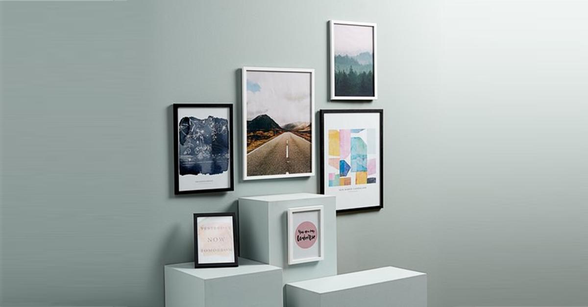 Những bức tranh treo tường với kích thước lớn nhỏ khác nhau